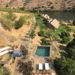Vista geral sobre a piscina e o rio